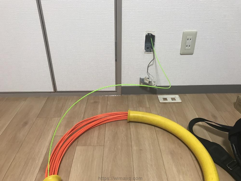 ソフトバンク光 屋内工事 工事途中 光ケーブル挿入